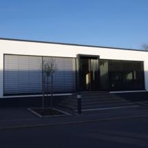 Bürogebäude zwischen den Firmenhallen